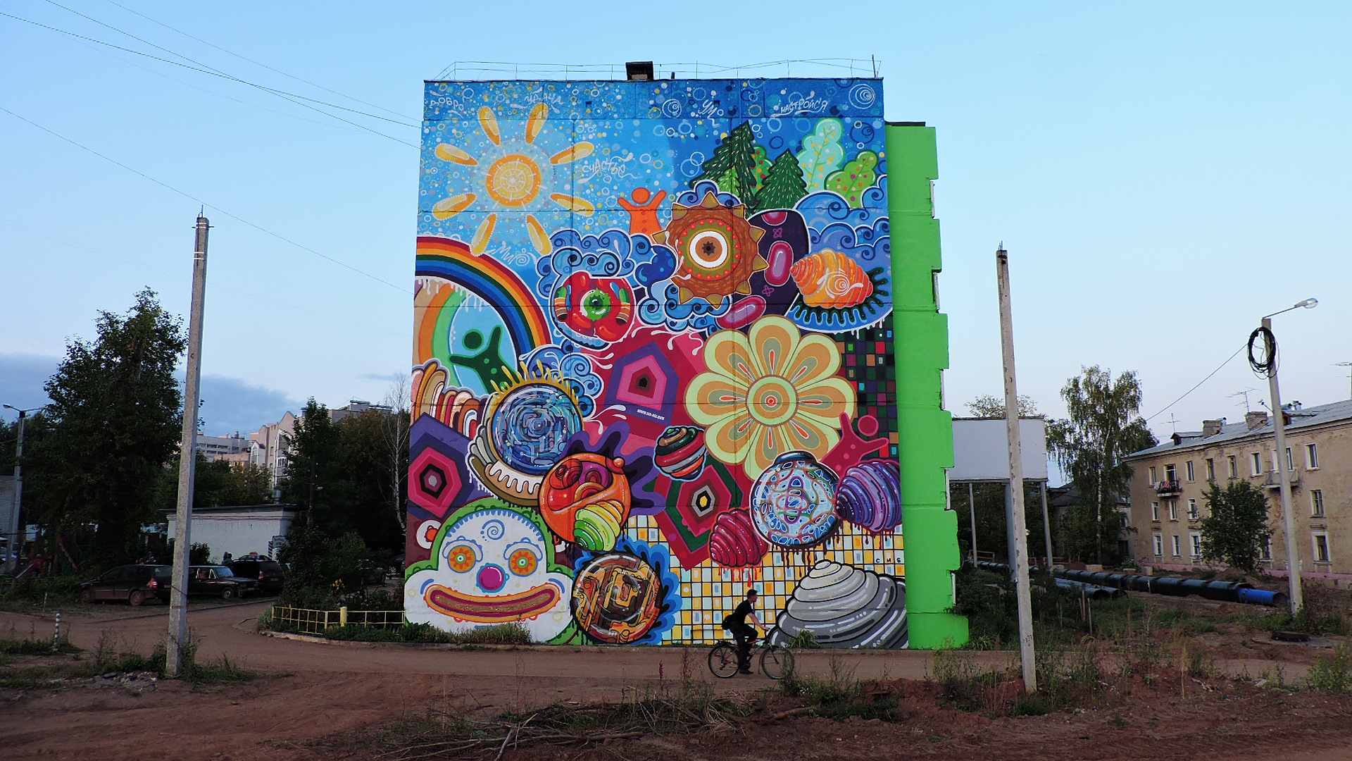 Painted end of the five-story building in Kirov